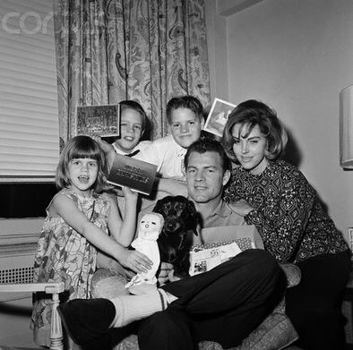 Frank Gifford with his first wife and 3 children