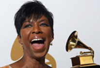 Natalie Cole winnign a grammy award
